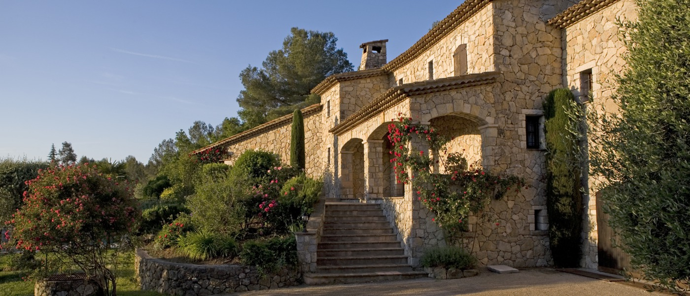 Luxury homes and villas in le rouret france for Classic home villa home collection