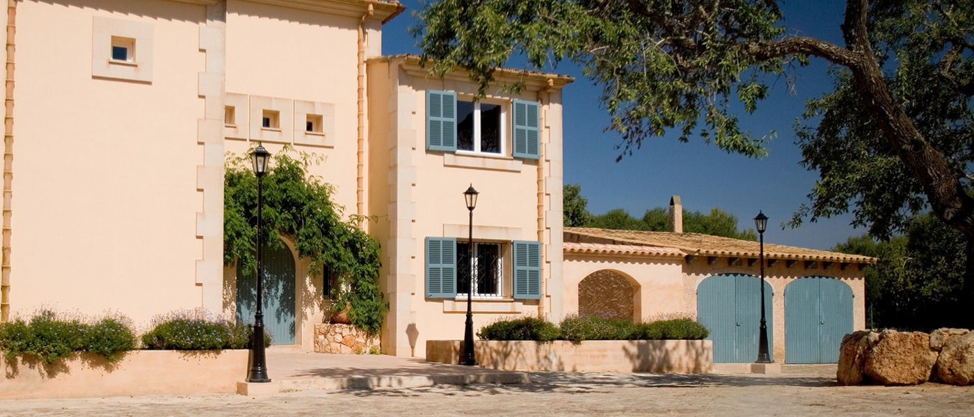 Luxury homes and villas in mallorca spain for Classic home villa home collection